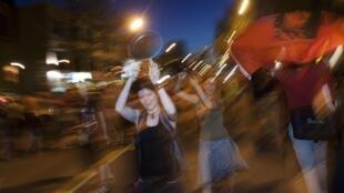 Au rythme des casseroles, des milliers de personnes marchent dans les rues de Montréal, depuis plusieurs mois. Un mouvement social d'une ampleur rarement vue dans la Belle Province.