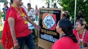 Des opposants au projet de la Montagne d'or, le 9 août 2018 à Cayenne, en Guyane.