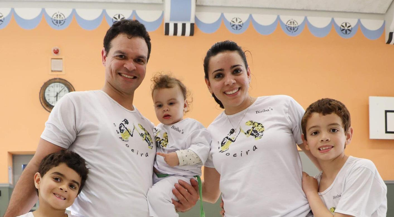 Família de capoeiristas: Cezar, Ana Carina e os filhos Matheus, Alice e Isaac.