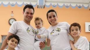 Foto 5 - Família de capoeiristas - Os pais Ana Carina e Cezar e os filhos Isaac, de 10, Matheus, de 8, e Alice, de quase 3