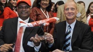 Os presidentes do grupo Airbus, Tom Enders, e da AirAsia, Tony Fernandes, acertaram a maior encomenda da história.