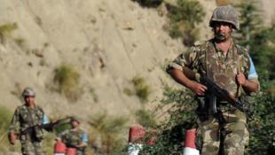 Des soldats de l'armée algérienne patrouillent dans les montagnes du Djurdjura, en Kabylie, en octobre 2014.