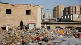 Các ngôi nhà bị phá dỡ tại làng lao động Baiqiangzi ở Bắc Kinh, ngày 13/12/2017.