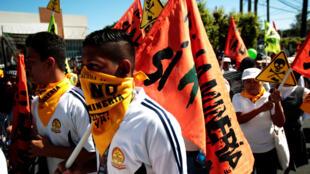 A San Salvador, des manifestants participaient à une marche  contre l'exploitation minière au Salvador. Photo : le 9 mars 2017.