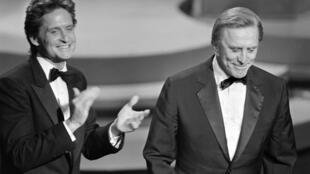 Michael Douglas (T) và người cha, tài tử Mỹ nổi tiếng Kirk Douglas trong lễ trao giải thưởng Annual Academy Awards lần thứ 57, Hollywood, California, ngày 25/03/1985