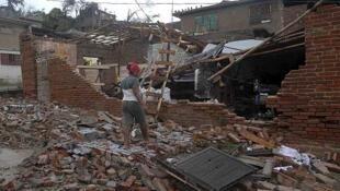 Una mujer camina entre las ruinas de su casa, destruída tras el paso del huracán Sandy, en Santiago de Cuba, el 25 de octubre de 2012.
