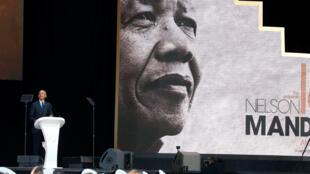 លោក Barack Obama ក្នុងពេលកំពុងថ្លែងសន្ទរកថា រំឹលឹកខួប១០០ឆ្នាំនៃលោកNelson Mandela