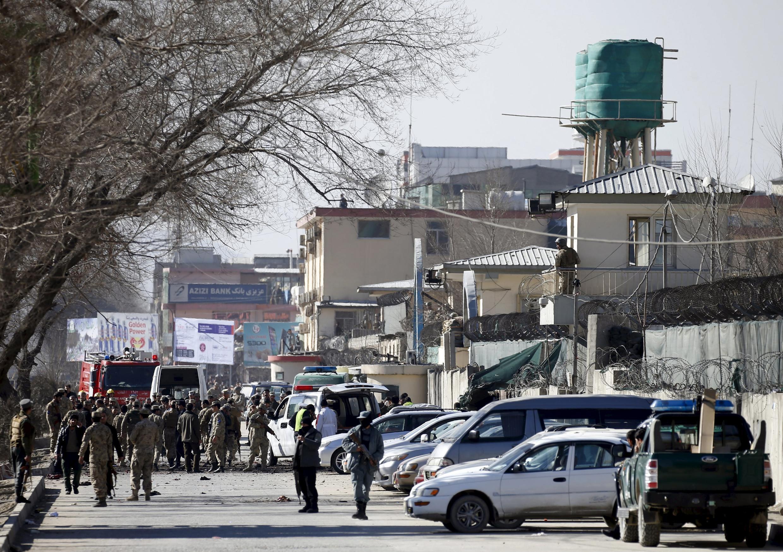Сотрудники правоохранительных органов у здания полиции общественного порядка в Кабуле, где 1 февраля прогремел взрыв.