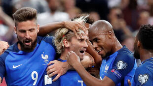 Antoine Griezmann parabenizado pelos seus colegas de equipa  após o seu primeiro golo.