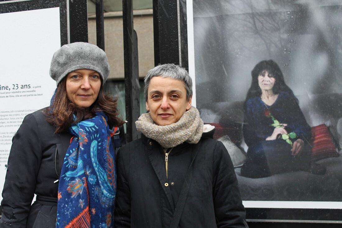 La journaliste Hélène Frouard (g) et la photographe Mehrak Habibi (d) devant la photo de Zara, 55 ans, qui vit avec 470 euros par mois.