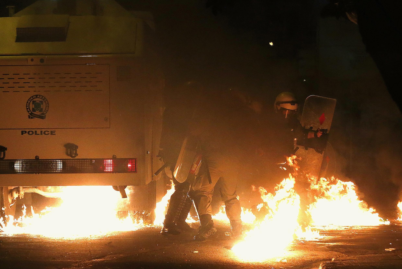 Une deuxième manifestation contre les violences policières en fin d'après-midi a dégénéré en affrontement avec la police, samedi 6 décembre 2014, à Athènes en Grèce.