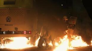 Protestos em Atenas terminaram com violência e mais de 200 presos neste sábado, 6.12.2014..