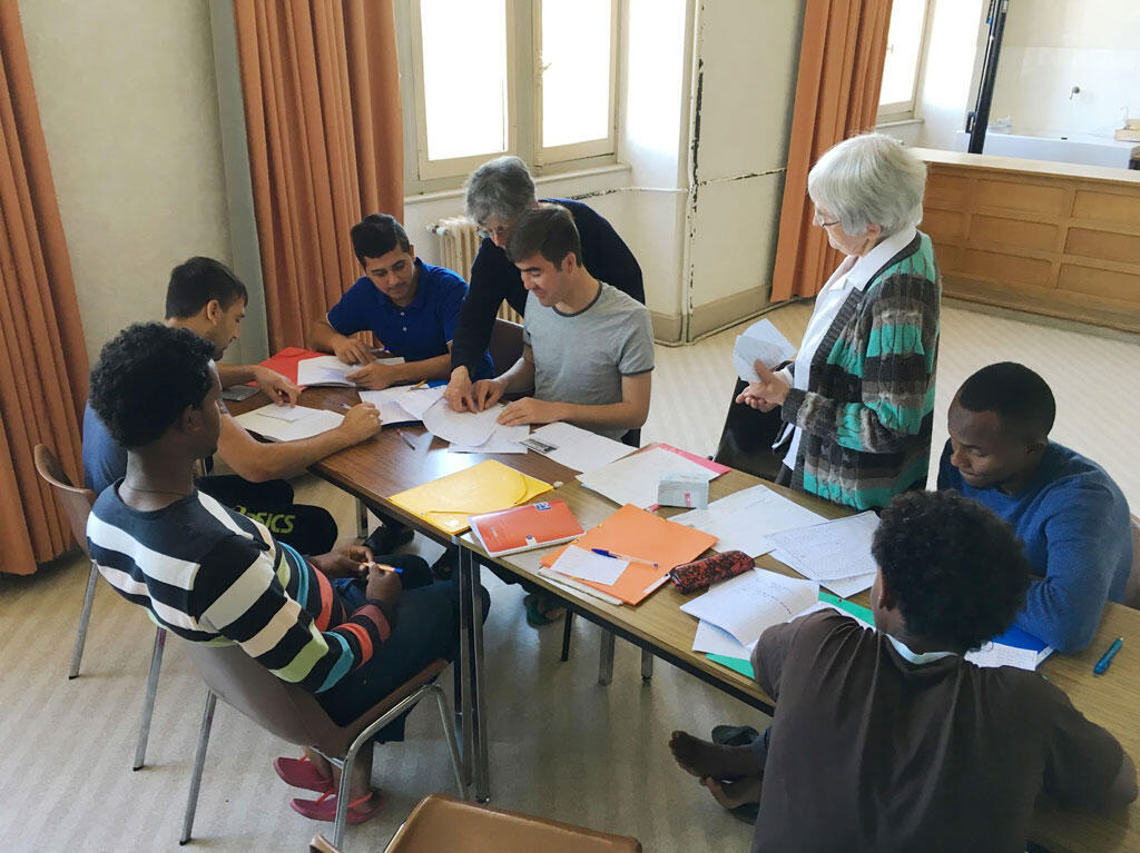 Une douzaine de bénévoles se relaient chaque jour, comme ici avec Mesdames Armand et Chastre, et donnent plusieurs heures de cours de français aux migrants uzerchois (capture d'écran).