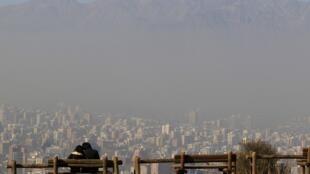 Situação geográfica de Santiago, espremida entre montanhas, favorece os picos de poluição.