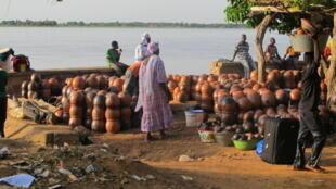 Des villages entiers sont spécialisés dans la confection de ces pots en argile appelés «canaris».
