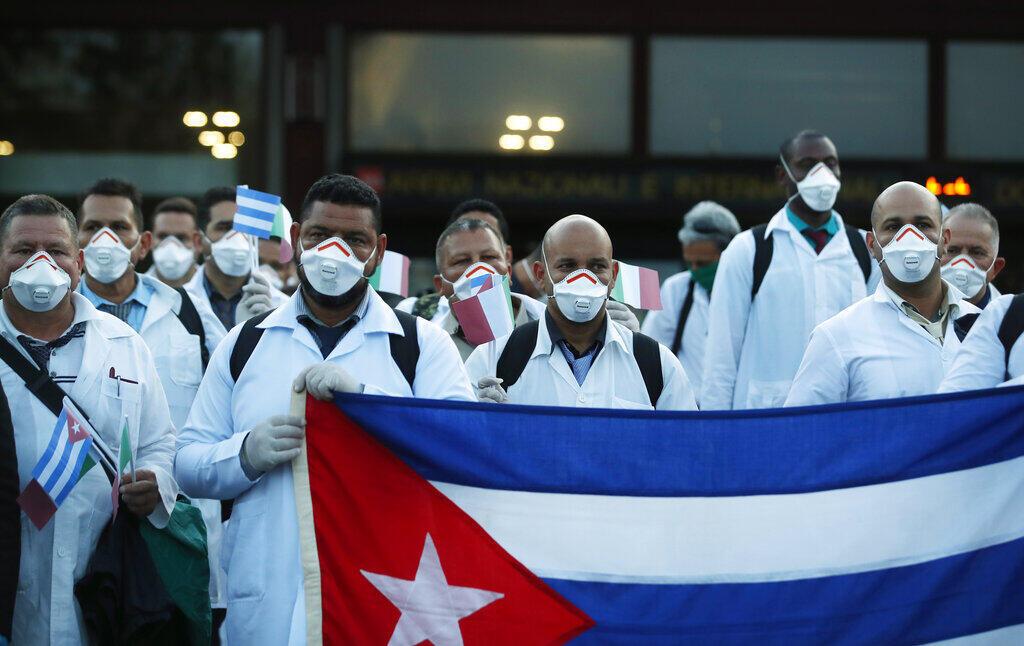 """Mais de 2.000 médicos e enfermeiros cubanos enviados para 35 países para ajudar a combater a pandemia de Covid-19, são submetidos a """"normas draconianas"""", denuncia a ong Human Rights Watch."""