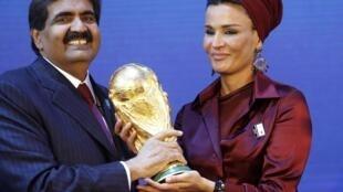 L'émir du Qatar, Cheikh Hamad Bin Khalifa al-Thani et son épouse Sheikha Moza Bint Nasser al-Misnad tiennent dans leurs mains une réplique du trophée de la Coupe du monde, le 2 décembre 2010 à Zurich, après l'attribution de l'édition 2022 au Qatar.