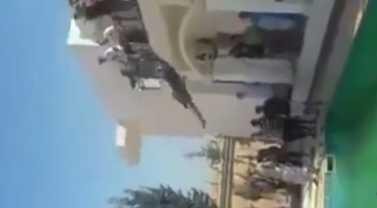 Un combatiente libio del grupo Misrata salta a la piscina de la embajada estadounidense, el domingo 31 de agosto de 2014.