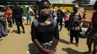 Estudante marfinense usa máscara em tempo de coronavírus em África onde houve um aumento de casos no norte do continente e na África lusófona