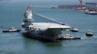 中国自制航母「002」首度编队通过台海