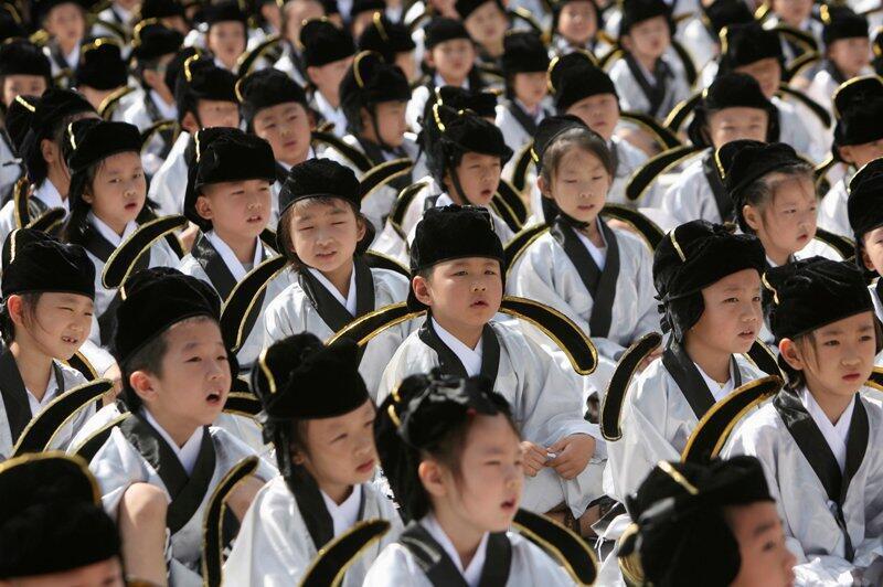 Học sinh trong trang phục truyền thống trong một buổi lễ tại đền thờ Khổng Tử, ở Nam Kinh, tỉnh Giang Tô, ngày 01/09/2013.