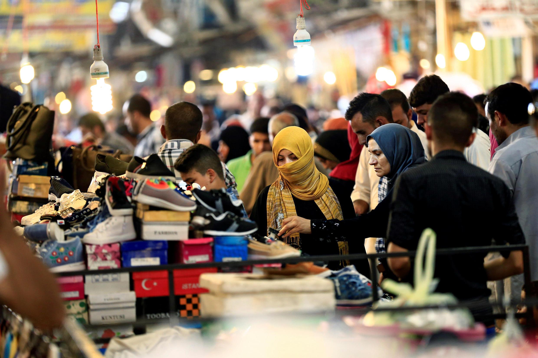 Des habitants de Mossoul font leur marché en préparation de la fête musulmane de l'Aïd al-Adha, le 31 août 2017.