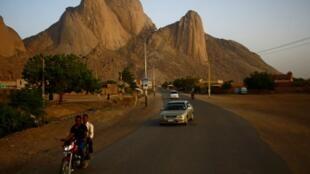 Sur une route de la ville de Kassala, sur la frontière est du Soudan, devant les montagnes Taka.