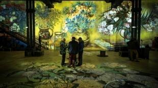 В «Мастерской света» можно прогуляться среди вангоговских цветов, олив и кипарисов