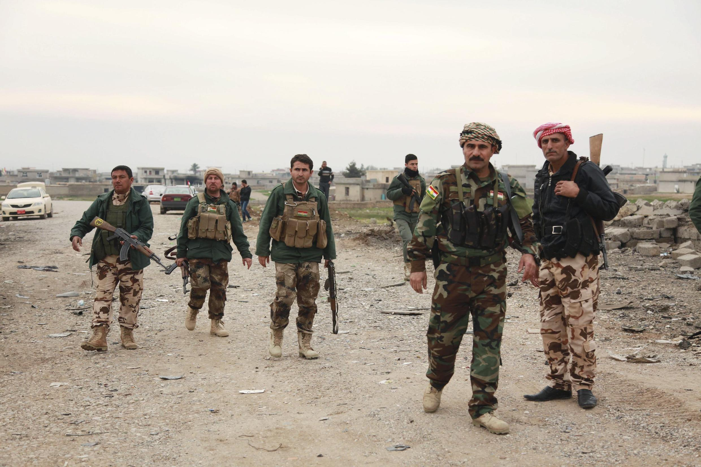 Combatentes curdos patrulham o povoado de Zumar, perto de Sinjar, no norte do Iraque.