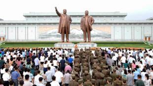 图为朝鲜民众瞻仰前领导人金日成与金正日
