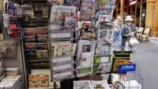 Quiosque de jornais em Paris.