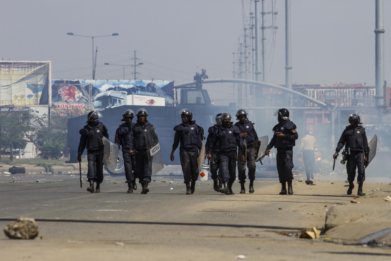 Vikosi vya usalama vikikabiliana na waandamanaji huko Luanda, Angola, Novemba 11, 2020.