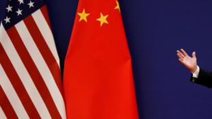 Rais Donald Trump anatoa hotuba yake karibu na bendera za Marekani na China katika mkutano na Rais Xi Jinping na wajasiriamali, Beijing Novemba 9, 2017.