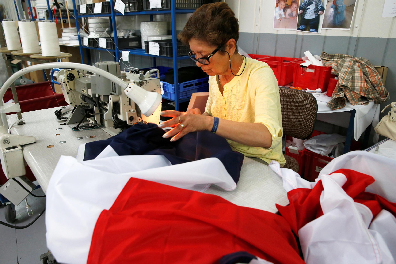 Bandeiras francesas produzidas em série para a final da Copa do Mundo
