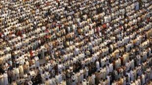 Centenas de líbios lotam a Praça dos Mártires, a antiga Praça Verde de Trípoli, durante o Eid al-Fitr