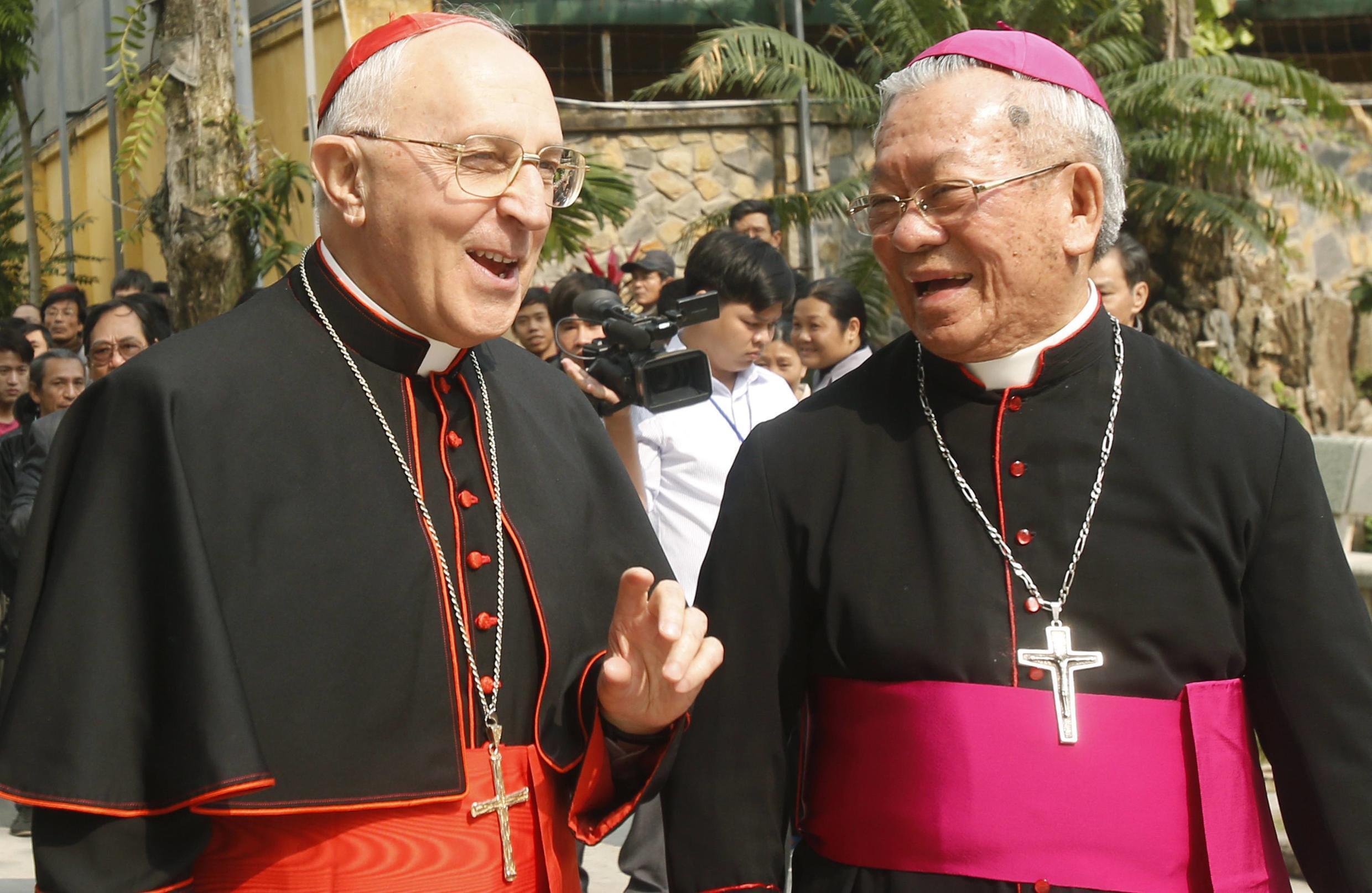 Hồng Y Nguyễn Văn Nhơn (Phải ) tiếp Hồng y Cardinal Fernando Filoni của Vatican tại Hà Nội ngày 20/01/2015.