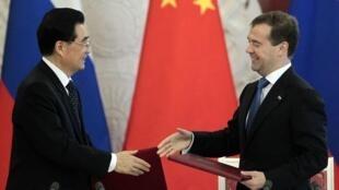 O presidente chinês Hu Jintao e o primeiro-ministro russo Dimitri Medvedev.