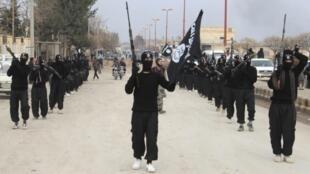 Des membres de l'Etat islamique en Irak et au Levant défilent en Syrie, le 2 janvier 2014.