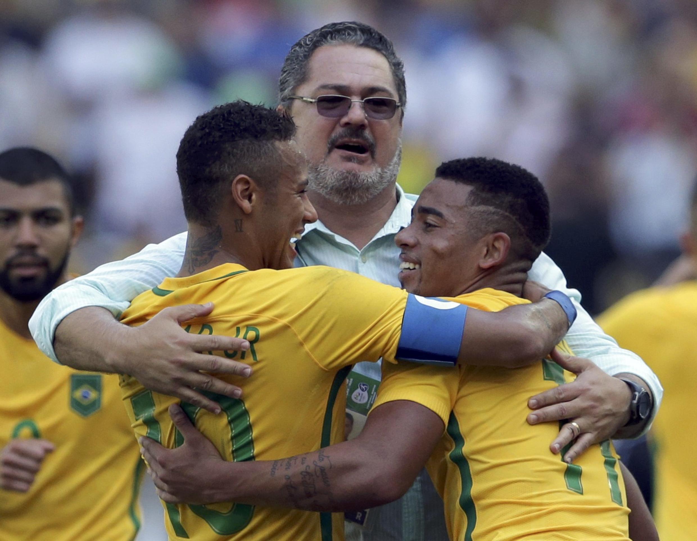 O treinador Rogério Micale abraçado com Neymar e Gabriel Jesus.