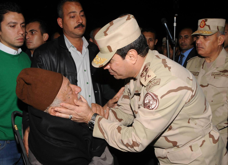 Bộ trưởng Quốc phòng kiêm Tư lệnh quân đội Ai Cập, tướng Abdel Fattah al-Sisi đến thăm gia đình của tướng Mohamed Said - REUTERS/Egypt Ministry of Defence