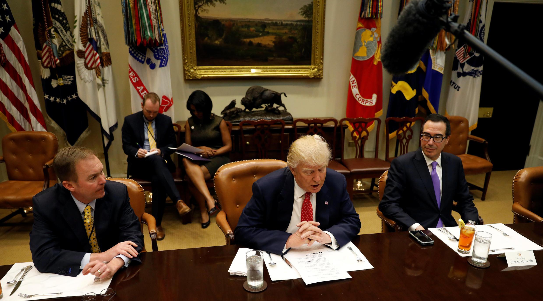 Tổng thống Donald Trump (trái) làm việc với giám đốc Cơ quan quản lý ngân sách Mick Mulvaney (giữa) và bộ trưởng Tài Chính Steve Mnuchin (phải) tại Nhà Trắng Washington ngày 22/02/2017.
