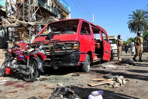 O duplo atentado suicida visou um centro de recrutamento paramilitar no noroeste do Paquistão, na manhã desta sexta-feira.