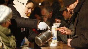 """Горячее питание для бездомных - акция добровольцев """"Restos du coeur"""""""