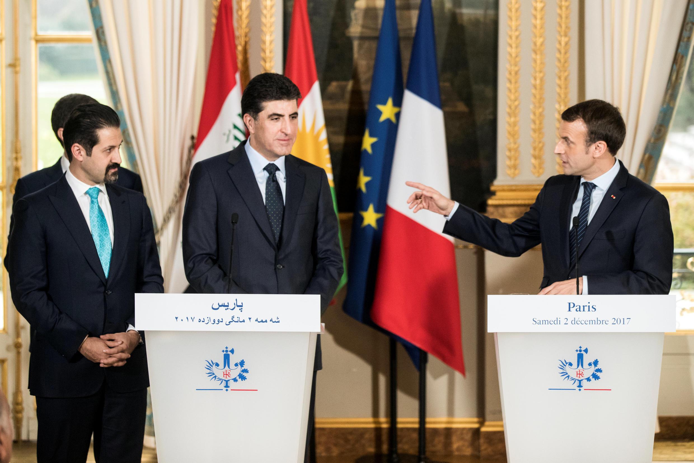 Le président français Emmanuel Macron, le chef de l'exécutif kurde d'Irak Nechirvan Barzan (c)i, et le vice-Premier ministre Qubad Talabani (g), lors d'une conférence de presse conjointe au Palais de l'Elysée, le 2 décembre 2017.