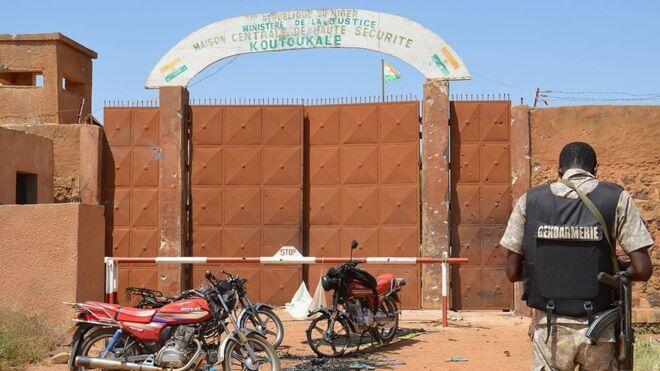 Un gendarme nigérien devant la prison de Koutoukalé, à une cinquantaine de kilomètres de Niamey. (Photo d'illustration)