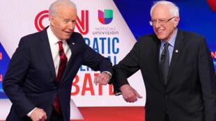 Joe Biden (à gauche), désormais unique candidat en lice à l'investiture démocrate pour la présidentielle américaine de 2020, aux côtés de Bernie Sanders, le 15 mars 2020.