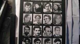 Cartel con las fotos de los ciudadanos franceses víctimas de la dictadura militar argentina entre 1976 y 1983.
