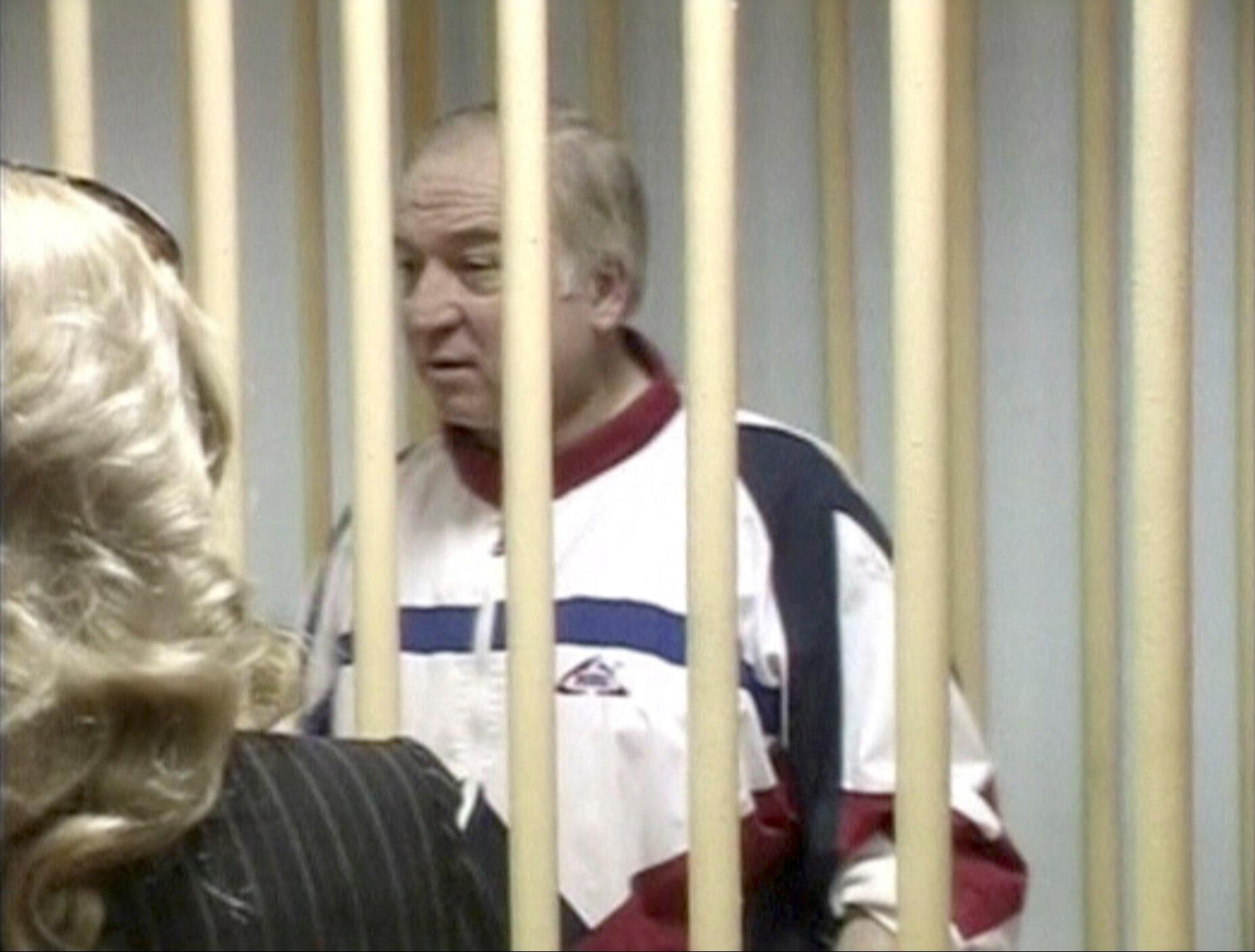 Captura de vídeo mostra Sergei Skripal, ex-coronel do serviço de inteligência militar GRU da Rússia, durante audiência no tribunal do distrito militar de Moscou, Rússia, 9 de agosto de 2006.