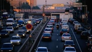 French drivers will have to drive on alternate days from Monday 17 March to ease traffic congestion