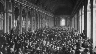La ceremonia solemne en la Galería de los Espejo, el 28 de junio de 1919.